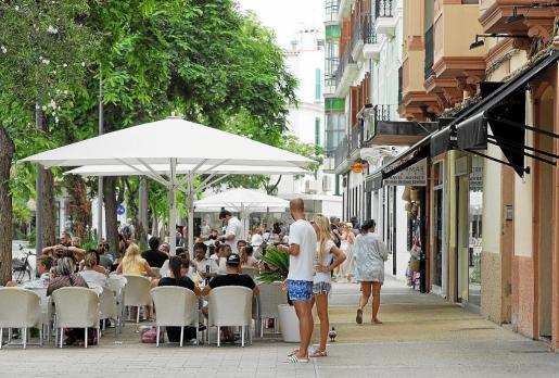 Terrazas llenas ayer a mediodía en Vara de Rey, donde tiendas y comercios acusan pérdidas respecto al pasado verano porque los clientes ya no puedan acceder en coche.