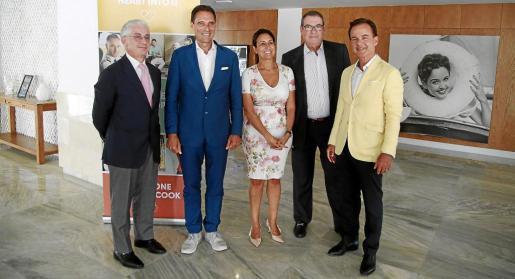 El grupo Thomas Cook se reunió este miécoles en Palma con hoteleros de Balears y del resto del país. En la instantánea aparecen, de izquierda a derecha, Manuel Bütler, director de Turespaña, Peter Fankhauser, Inma Benito, el presidente de la CEHAT, Joan Molas, y Hans Müller.