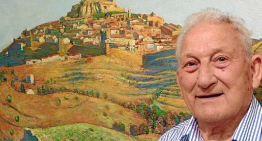 El artista ibicenco Carloandrés junto a una de sus obras.