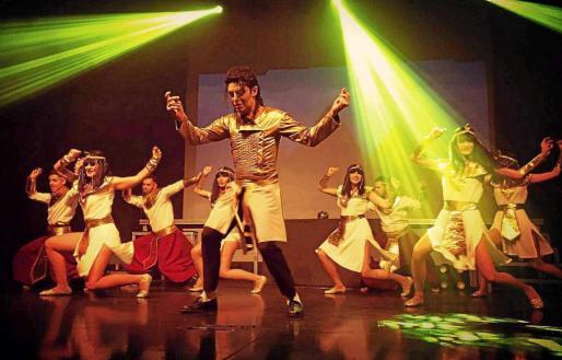 Espectáculo ofrecido por la Jackson Dance Company con Ximo Jackson como protagonista y los bailarines durante la coreografía.