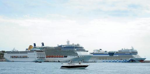 Aidastella, Costa neoRiviera y Celebrity Reflection fueron los tres grandes buques que atracaron ayer en Botafoc.