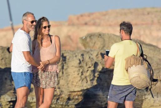 Alex Corretja y Martina Klein posaron enamorados y divertidos ante el objetivo del teléfono móvil del marido de Gemma Mengual, Enric Martín.