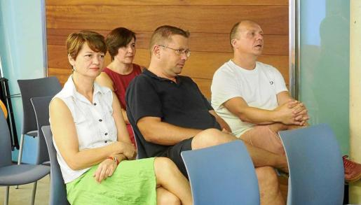 Juanjo Ferrer, a la derecha, sentado junto a varios miembros del PI en el pleno celebrado ayer en Sant Antoni.