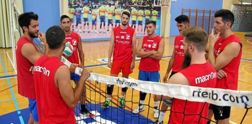 Los jugadores del Ushuaïa charlan antes del primer entreno.