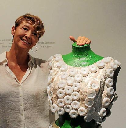 La artista asturiana Elisa Torreira con el traje que ha elaborado Adrián Cardona y que usó durante la inauguración del jueves.