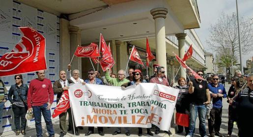 Los sindicatos de hostelería se concentraron en el año 2014 frente a la sede de la FEHM en el marco de la negociación del actual convenio. Hace tres años, sin embargo, el escenario estaba marcado por la incertidumbre económica y no hubo grandes movilizaciones por parte de los sindicatos, al margen de la protesta que se muestra en la foto de arriba.