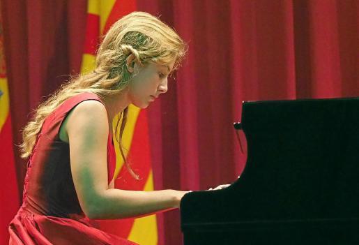 Una participante de la categoría juvenil interpreta una de las tres obras que son obligatorias.