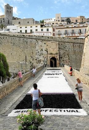 Imagen de la instalación 'Nature at rise', creada con sal, flores y carbón por Pineapple Crocodile y Montse Navidad en el Portal de ses Taules de Ibiza.