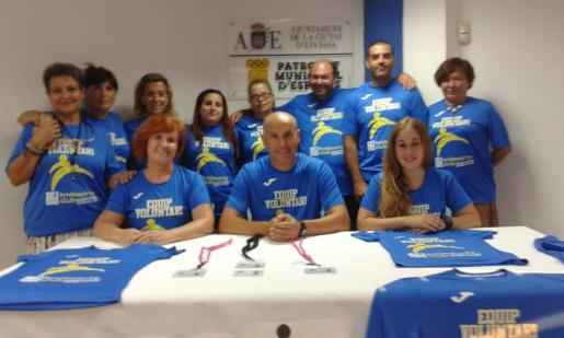 Vicent Costa y los miembros de la asociación Equip Voluntari.