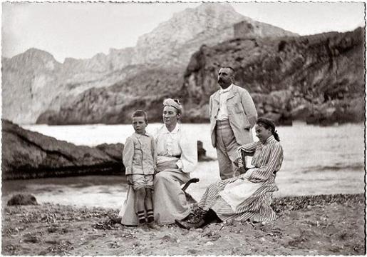 La família Cifre-Hammerl a la Cala de Sant Vicenç: Guillem (fill), Clara (mare), Guillem (pare) i Antònia (filla), 1906 o 1907.