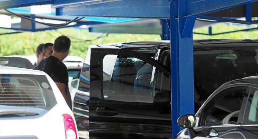 Varios clientes se suben a una furgoneta negra conducida por un taxi 'pirata' aparcada en es Codolar.