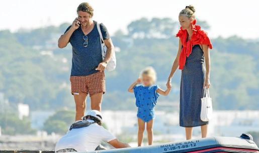 El exfutbolista Carles Puyol, su mujer Vanesa Lorenzo y su hija mayor, Manuela, a punto de subir a una embarcación en una playa de Formentera.
