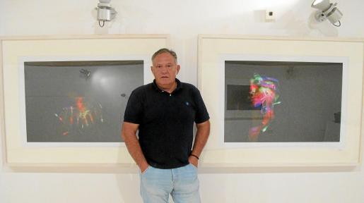 El mallorquín Vicenç Ochoa con dos de sus fotografías.
