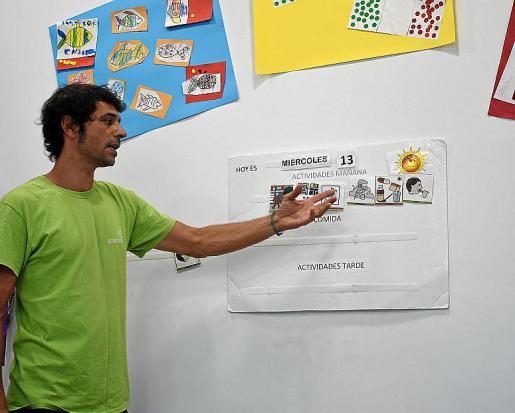 Miguel Felipe explicando el 'panel de anticipación' con el que se les muestra a los alumnos lo que realizarán durante el día.