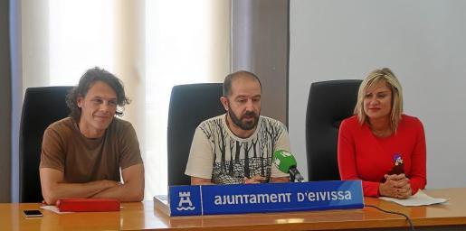 Christian Balius, el concejal Pep Tur y la vicepresidenta y consellera de Industria del Consell d'Eivissa, Marta Díaz, presentando la iniciativa.
