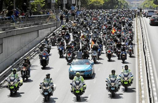 Un pelotón de motociclistas quiso dar el último adiós a Angel Nieto, fallecido el pasado mes tras sufrir un accidente en Santa Gertrudis.