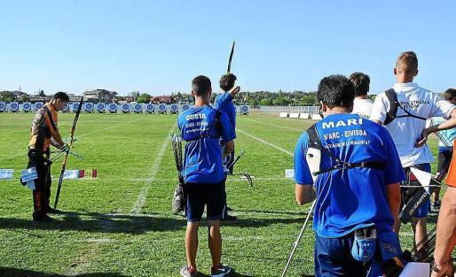 Uno de los arqueros del S'Arc-Eivissa se dispone a realizar un lanzamiento a la diana.