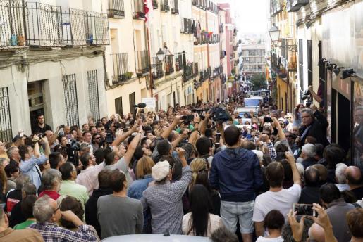 """El portavoz de ERC en el Congreso, Joan Tardá (d), durante su participación en el acto a favor del referéndum soberanista en Cataluña organizado por la asociación """"Madrileños por el derecho a decidir"""" hoy en el Teatro del Barrio, en Madrid."""