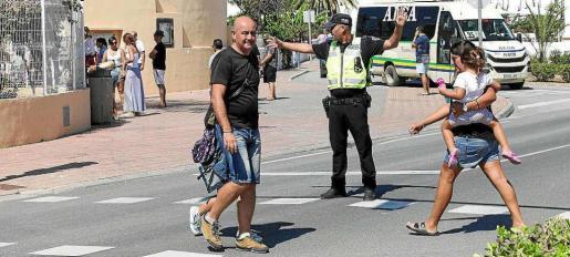 Un policía local dirigiendo el tráfico a la salida del colegio Sant Jordi ayer al mediodía.