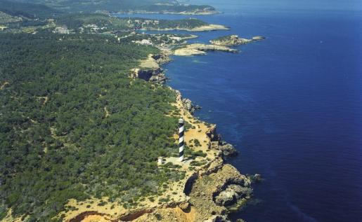 El faro infinito que vigila el extremo norte de Ibiza.