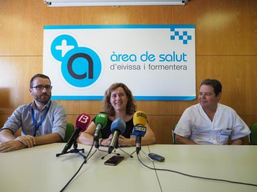 Carmen Santos, segunda de la izquierda, compareció ayer con el equipo directivo que continuará.