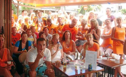El holandés ya es el primer mercado extranjero emisor en temporada baja. Hasta agosto llegaron 205.367 visitantes, un 22,7% más que hace un año. En la imagen, un grupo de holandeses en el Café de Hoeck, situado ses Figueretes.