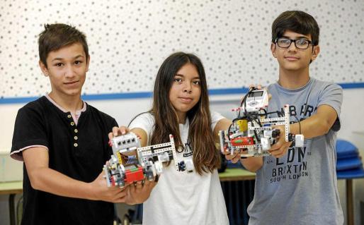 Imagen de archivo de María Pilligua, Pau Albiñana y David Ripoll , que ya acudieron a la World Robot Olympiad celebrada en India el año pasado.