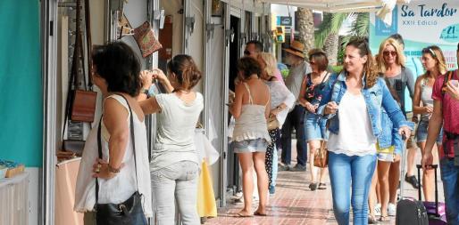 La feria está situada en el Puerto de Ibiza, junto al embarcadero para Formentera, y recibe cada día a numeroso público.