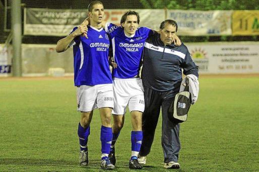 Iván Guzmán, en el centro, tras lesionarse durante un partido del San Rafael en el año 2011.