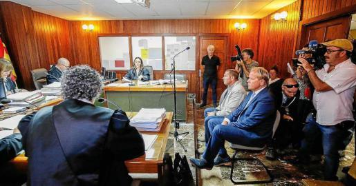 JUEVES: El empresario Matthias Kühn, sentado en el banquillo de los acusados del juzgado de Ibiza por unas obras realizadas en Tagomago.