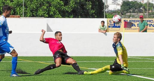 Dailos intenta superar al portero del Alcoyano en una acción del partido de ayer.