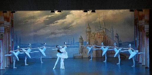 Representación del 'Lago de los cisnes' en el auditorio del Palacio de Congresos de Santa Eulalia.