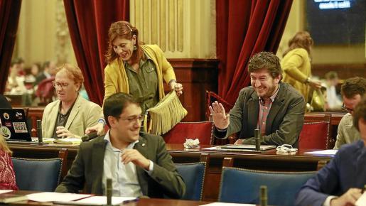 Los diputados de Podemos Laura Camargo y Alberto Jarabo sonríen durante el pleno.