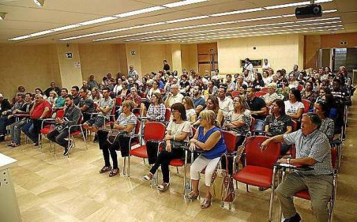 Reunión de trabajadores de hostelería, ayer, en la sede de la UGT Balears.