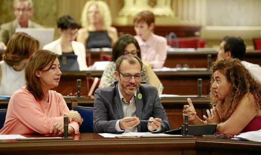 Barceló, entre la presidenta Armengol y la consellera Costa, en el pleno de de este martes.