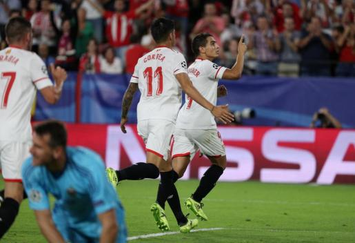 Soccer Football - Champions League - Sevilla vs NK Maribor - Ramon Sanchez Pizjuan Stadium, Seville, Spain - September 26, 2017 Sevilla¿s Wissam Ben Yedder celebrates scoring their third goal and completing his hat-trick with Joaquin Correa  REUTERS/Sergio Perez SOCCER-CHAMPIONS-SEV-MAR/