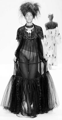 Sobre estas líneas su traje sobre la pasarela Fashion Scout de Londres.