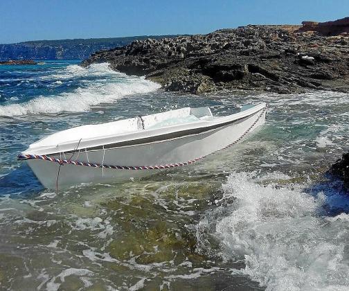 La pequeña patera fue localizada ayer por la mañana en una zona retirada de la irregular costa del norte de Formentera y en el entorno se hallaban varios enseres abandonados. g Fotos: DAVID SETBETES