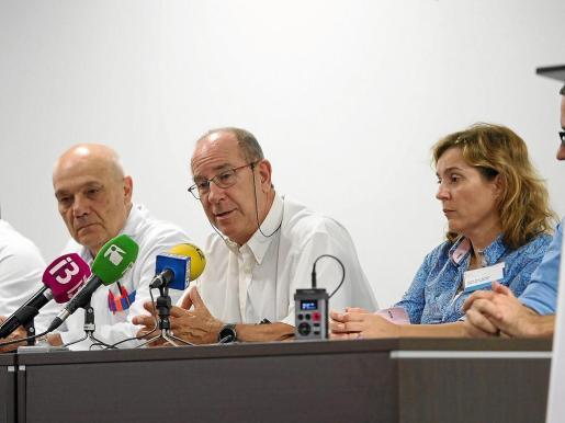 Josep Balanzat, Juli Fuster y Carmen Santos, ayer, en el salón de actos de Can Misses. g Foto: MARCELO SASTRE