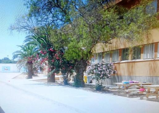 Imagen de archivo del patio del colegio público Mestre Lluís Andreu de Formentera, donde está escolarizada la niña.
