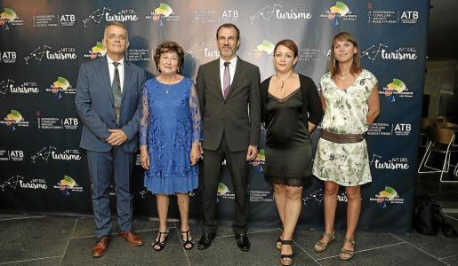 Foto de familia de las autoridades con los premiados pitiusos (Can Muson y Consell de Formenteraen la segunda edición de la Nit del Turisme del Govern).
