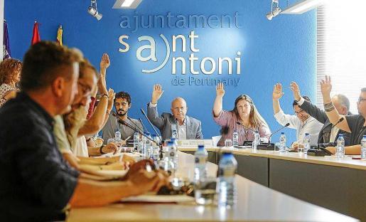 Una votación durante el pleno de ayer en el Ayuntamiento de Sant Antoni.