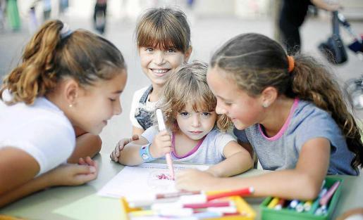 Los más pequeños de cole podían pintar, dibujar, tejer y disfrutar de un día festivo en honor al patrón del pueblo.