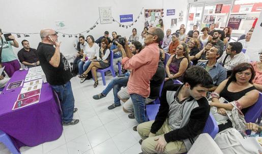 Un instante de la asamblea celebrada ayer en la sede de Podemos en Vila.