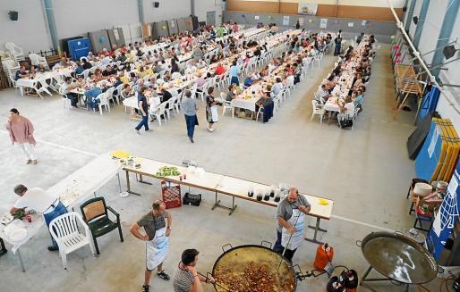 La comida solidaria de ayer tuvo lugar en el polideportivo de es Cubells, donde se congregaron muchos voluntarios para que todo saliera perfecto.