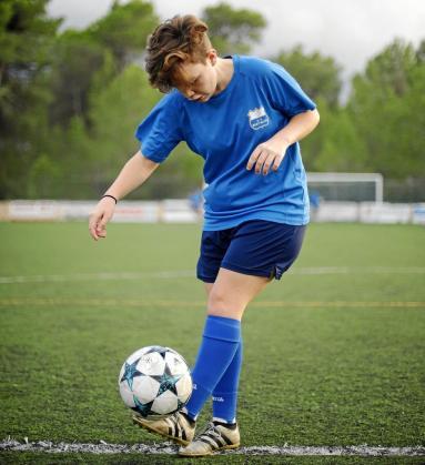 Andrea Ródenas da toques al balón poco antes de un entrenamiento del San Rafael B de la categoría cadete.