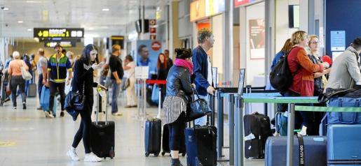 El aeropuerto de Ibiza continúa registrando mucha afluencia de público en estos primeros días de octubre.