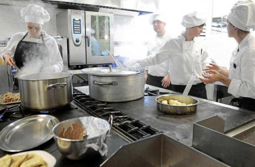 Imagen de archivo de un curso de cocina del SOIB.