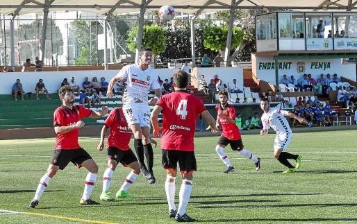 Pau Pomar, futbolista de la Peña, se eleva entre la defensa bermellona para intentar rematar un córner.
