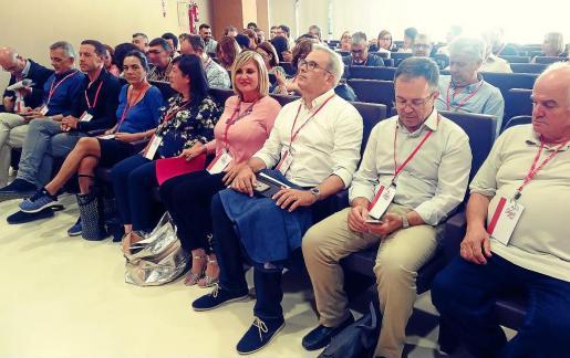 El presidente del Consell y secretario general de la FSE-PSOE, Vicent Torres, entre Marta Díaz y 'Agustinet', ayer en la UIB.